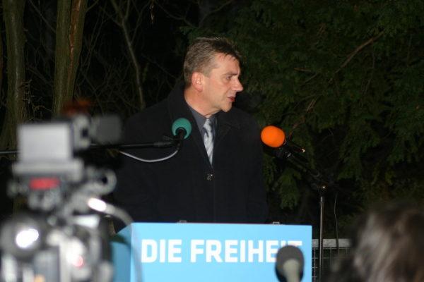 René Stadtkewitz am 30. November 2010 auf einer Mahnwache seiner Partei