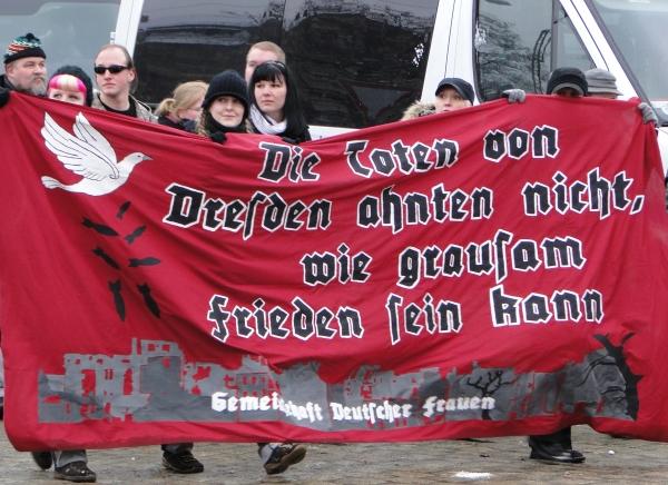 """Anhängerinnen der """"GdF"""" auf einem Neonazi-Aufmarsch im Februar 2010 in Dresden"""