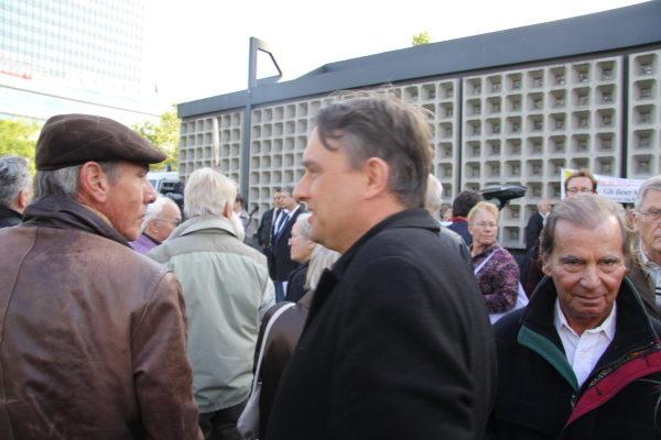 """Uwe Meenen und Hans-Ulrich Pieper am 3. Oktober 2010 auf einer Kundgebung der """"Bürgerbewegung Pro Deutschland"""" (c) Matthias Zickrow"""