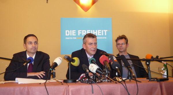 """René Stadtkewitz auf der Gründungspressekonferenz seiner """"Freiheits""""-Partei im September 2010 in Berlin"""