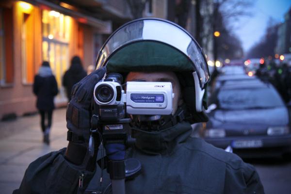 Polizeibeamter im Einsatz (c) Matthias Zickrow