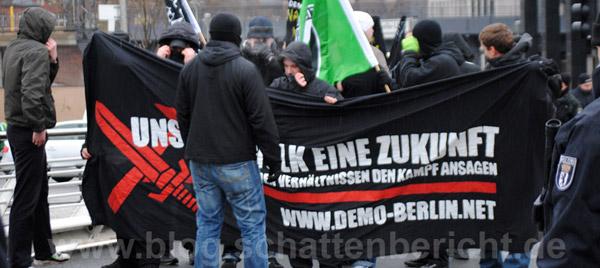 berlin rechtsau en neonazis auf umwelt demo antifaschistische demonstrierende verhindern. Black Bedroom Furniture Sets. Home Design Ideas
