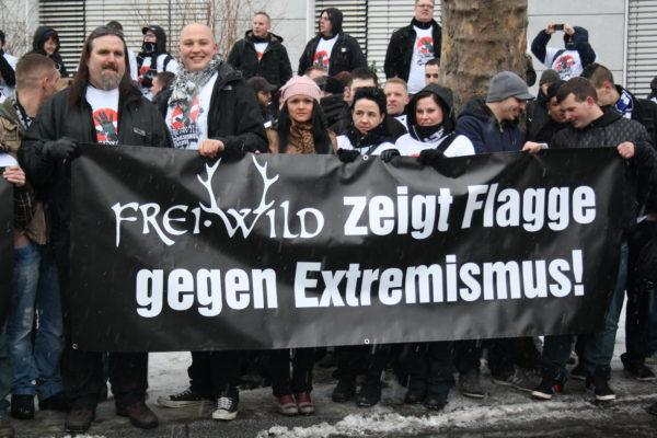 »Antiextremisti - sche«  f rei .W il D - Fans bei einer  Inszenierung am  Rande der Echo- Verleihung am  21. März 2013 in  Berlin. (c) Frank Metzger (apabiz)