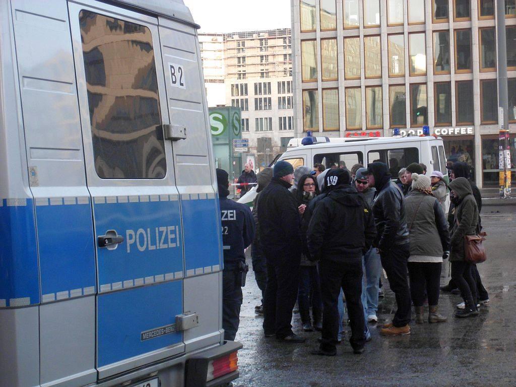 Neonazis um den Berliner NPD-Chef Sebastian Schmidtke (im Bild links) demonstrieren am 1. Februar 2013 gegen eine Demonstration von Zoophilie-Befürworter_innen (c) Dirk Stegemann