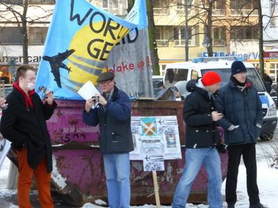 Claus Petersen (Bildmitte) mit Mitstreitern bei einer Kundgebung am 25. Januar 2014 am Wittenbergplatz, Berlin.
