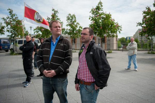 Sebastian Schmidtke (rechts), Vorsitzender NPD-Berlin und führender Kopf des Nationalen Widerstands Berlin (NW Berlin) und Ronny Zasowk (links), NPD Brandenburg und NPD-Bundesvorstandsmitglied bei einer Wahlkampfkundgebung in Marzahn-Hellersdorf am 17. Mai 2014