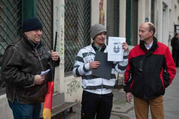 Stephan Böhlke (Bildmitte), Torsten Meyer (rechts) und der dritte Pro Deutschland-Aktivist bei nicht hörbarer Kundgebung in Kreuzberg