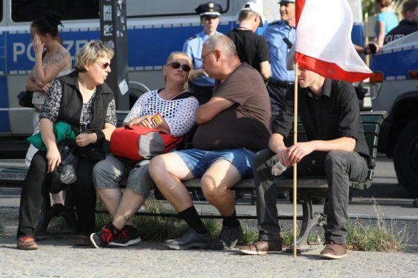 Die sächsische NPD-Aktivistin Katrin Köler (Mitte im weißen Oberteil) neben einem eifrigen Berliner NPDler bei der Kundgebung am 1. August. (c) apabiz