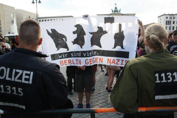 Gegendemonstrant_innen am Rande der Kundgebung am 1. August. (c) apabiz