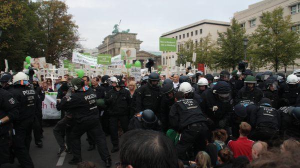 Die Marschierenden wurden fast durchgehend von feministischem Protest in Form von Parolen, Plakaten und Blockadeversuchen begleitet. (c) apabiz