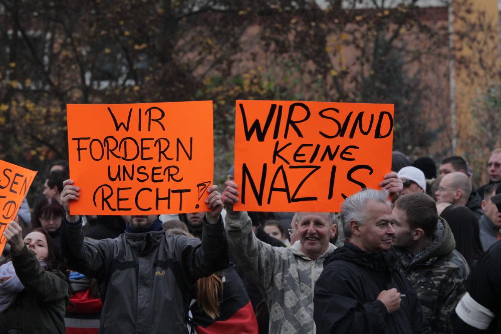 """Angeblich """"empörte"""" Anwohner_innen beim Versuch sich von Nazis zu distanzieren - im Vordergrund ein organisierter Neonazi. (c) apabiz"""