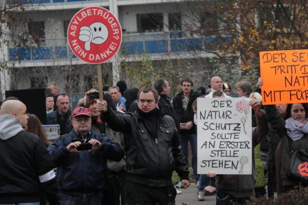 Demo-Schilder in bekanntem NPD-Stil am 22. November 2014 in Marzahn. (c) apabiz