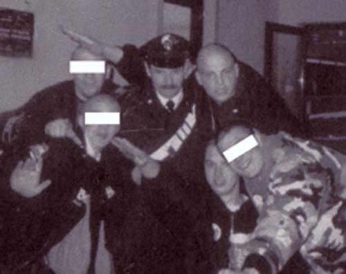 """Philipp Burger (oben, mit Hitlergruß) im Booklet der """"Kaiserjäger""""-CD (Repro: Apabiz)"""