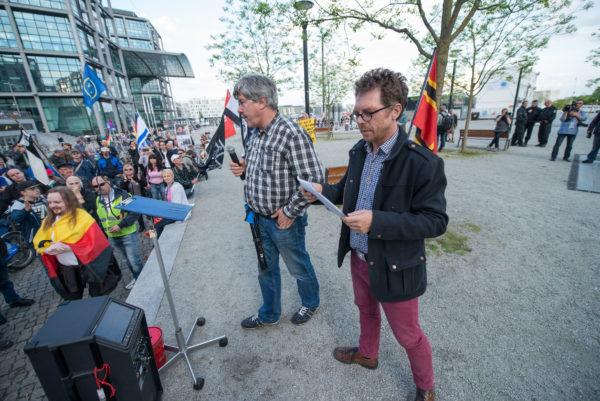 Heribert Eisenhardt alias Reiner Zufall (rechts) mit Karl Schmitt bei Bärgida am 4. Mai 2015 (c) Christian Ditsch (version-foto.de)