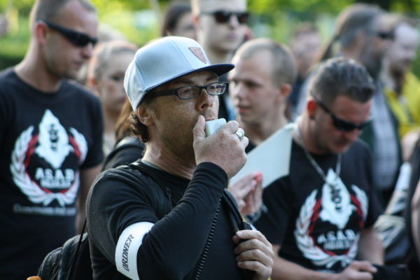 Heribert Eisenhardt, AfD-Vorstandsmitglied im Kreisverband Lichtenberg, neben neonazistischen Hools bei Bärgida am 15. Juni 2015. Im nächsten Moment skandieren sie gemeinsam einen Neonazi-Slogan. (c) apabiz