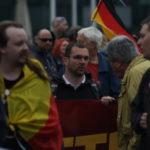 Karl Schmitt (2.v.r.) im Gespräch mit dem Berliner NPD-Chef Sebastian Schmidtke (am Transparent) unmittelbar vor Beginn des Bärgida-Aufmarsches am 8. Juni 2015. (c) apabiz