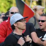 Kaum zu bremsen: Aggressiver Nazi-Hool am 15. Juni 2015 bei Bärgida. Teilnahmslos daneben: Ordner Heribert Eisenhardt. (c) apabiz