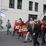 Sebastian Schmidtke und andere Neonazis mit eigenem Banner hinter der Israel-Fahne  bei Bärgida am 8. Juni 2015. (c) apabiz