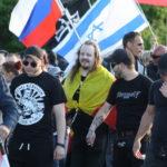 """Neonazistischer Hooligan mit NS-verherrlichendem """"Werwolf Europa""""-Shirt vor einer Israel-Flagge beim Bärgida-Aufmarsch am 15. Juni 2015. (c) apabiz"""