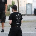 """Rückseite des neonazistischen """"Werwolf Europa""""-Shirts mit dem Aufdruck """"Freedom Fighter"""" und zwei gekreuzten Stielgranaten am 15. Juni bei Bärgida. (c) apabiz"""