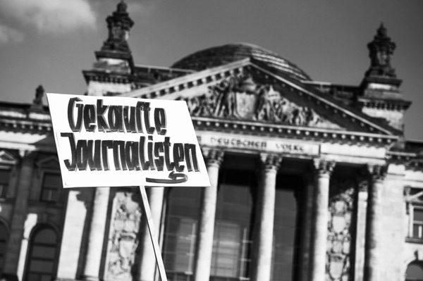 »Reichsbürger« beim »Sturm auf den Reichstag«, 3. Oktober 2014  (c) www.christian-ditsch.de