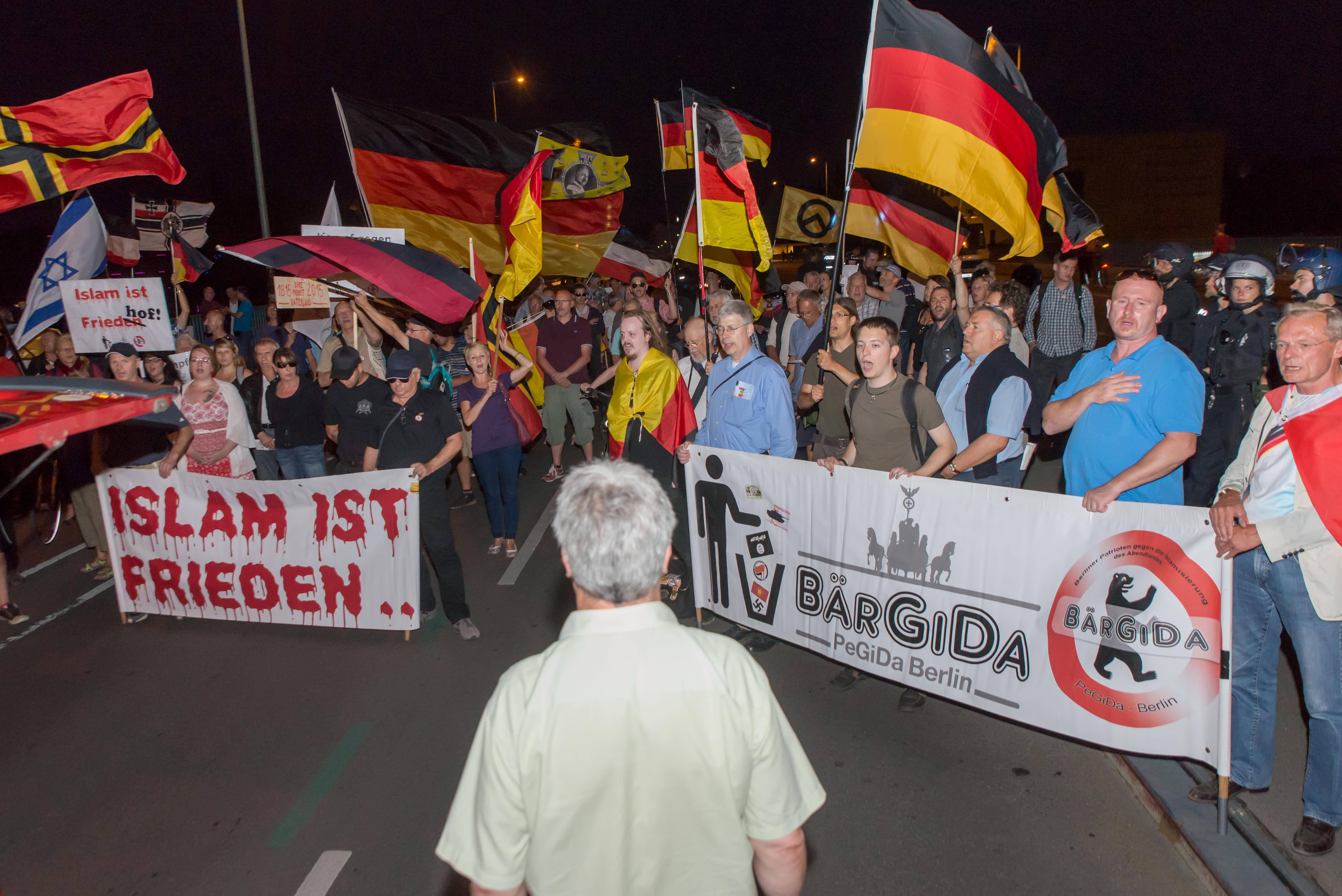 Mit Reichskriegsfahnen vor dem Deportationsmahnmal - Berliner Polizei ermöglicht Bärgida skandalöse Provokation