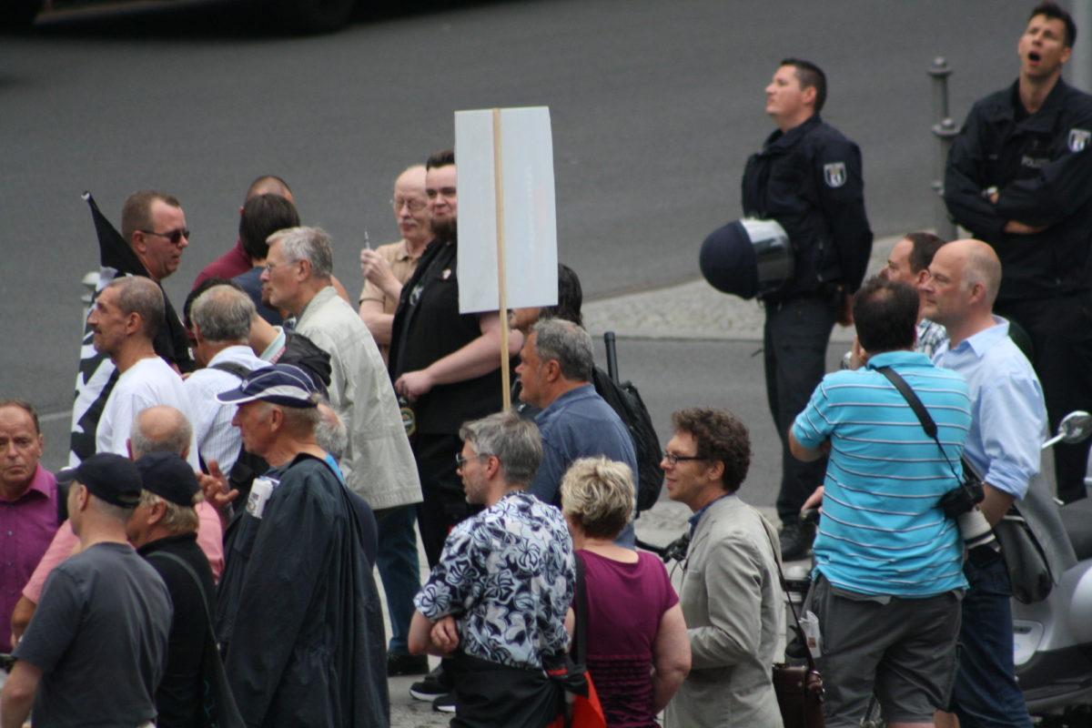 Der verurteilte Holocaustleugner Gerd Walther (ganz links am Bildrand) und der AfDler Heribert Eisenhardt (4. von rechts mit Brille) am 17. August 2015 bei Bärgida. © apabiz