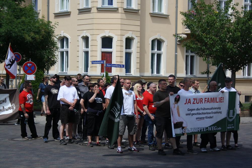 """Block hinter dem Transparent von """"Der III.Weg - Sektion Berlin"""" beim neonazistischen """"Tag der deutschen Zukunft"""" am 6. Juni 2015 in Neuruppin. (c) apabiz"""