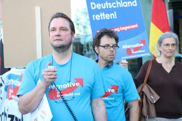 Andreas Wild (stellv. Vorsitzender AfD-KV Steglitz-Zehlendorf) und Heribert Eisenhardt am 2. Oktober 2015. (c) apabiz
