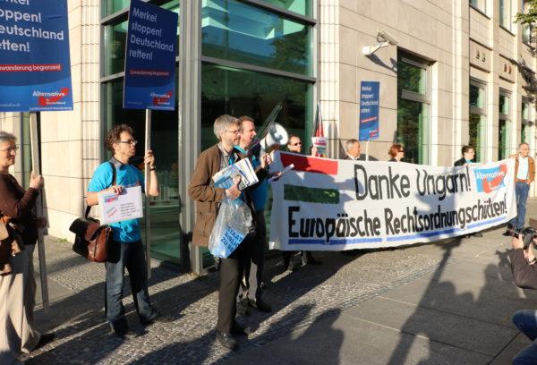 """Die zehn AfDlerInnen (neun im Bild) bei der PR-Aktion mit dem Transparent """"Danke Ungarn! Europäische Rechtsordnungschützen!"""" (sic) (c) apabiz"""