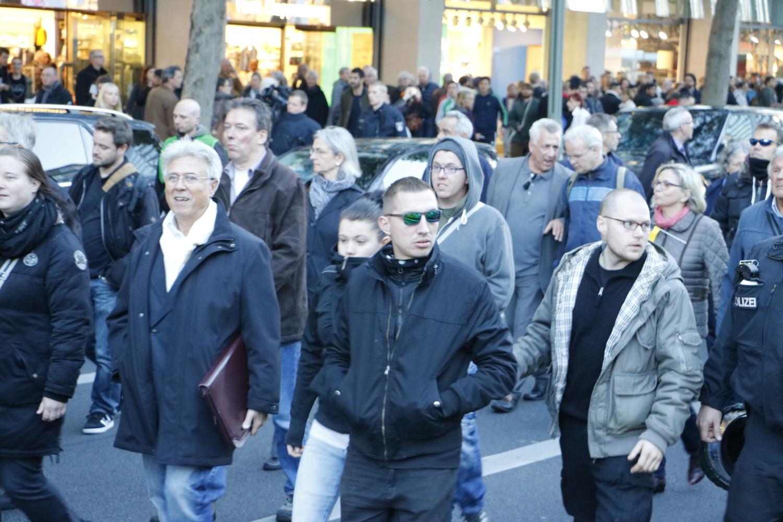 """Polizeidirektor a.D. und """"Sicherheitsexperte"""" Otto Drecksler neben gewaltbereiten Neonazi-Hooligans am 24. Oktober 2015. © apabiz"""