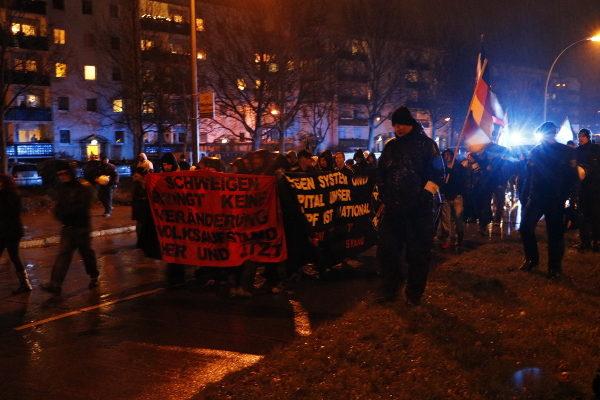 AN-Block beim NPD-Aufmarsch am 20. November 2015 in Hellersdorf. (c) apabiz