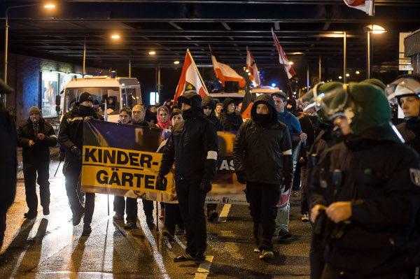 Schwarz gekleidete Ordner am Kopf der Demonstration. (c) Christian-Ditsch.de