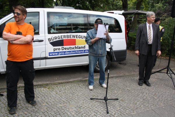 """Michael W. als Redner auf einer Kundgebung der """"Bürgerbewegung pro Deutschland"""" am 21.8.2013 in Berlin-Moabit. (c) apabiz"""