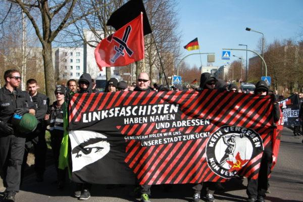 Der Neonazi Michel Fischer (Mitte) am Frontransparent - (c) Kilian Behrens