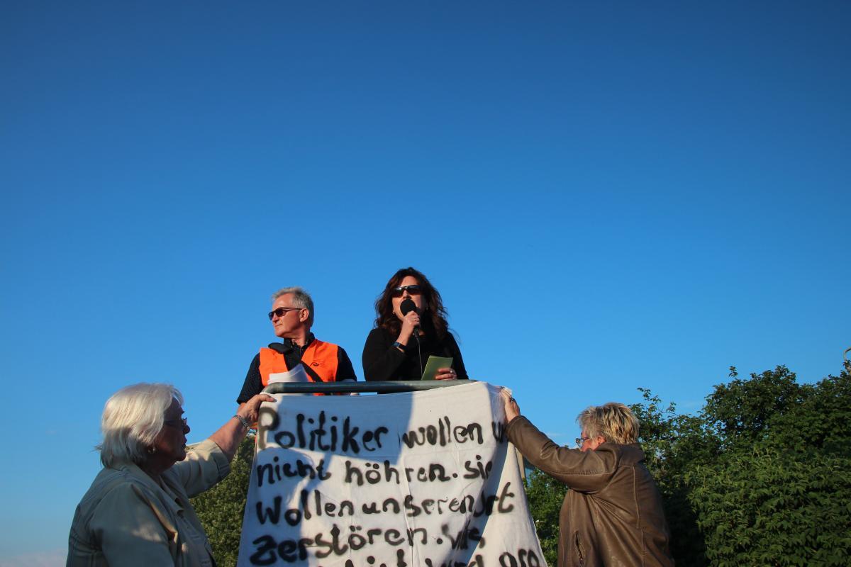 Die CDU-Funktionärin Katrin Vogel bei der Kundgebung gegen eine Asylnotunterkunft in Altglienicke am 9. Mai 2016. © apabiz