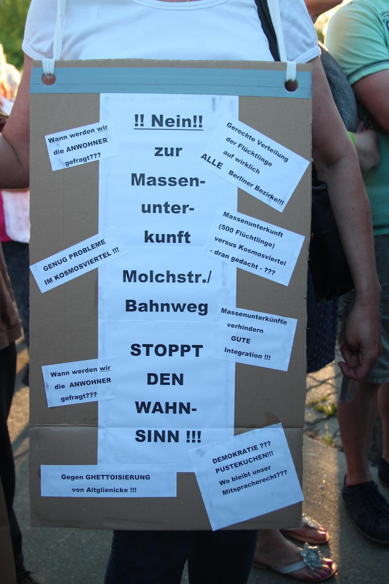 Schild bei der Kundgebung in Altglienicke © apabiz