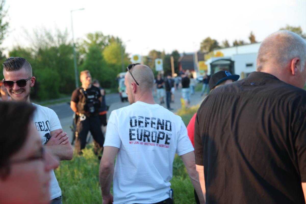 """T-Shirt der extrem rechten Bekleidungsmarke European Brotherhood"""" mit der Aufschrift """"Defend Europe - My Land. My Br0others. My Heritage."""". © apabiz"""