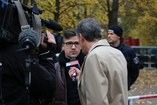 """Martin Sellner am Rande der Compact-Konferenz im Interview mit """"Foxi-News"""", die sich schließlich als """"Heute Show"""" herausstellten. (c) apabiz"""
