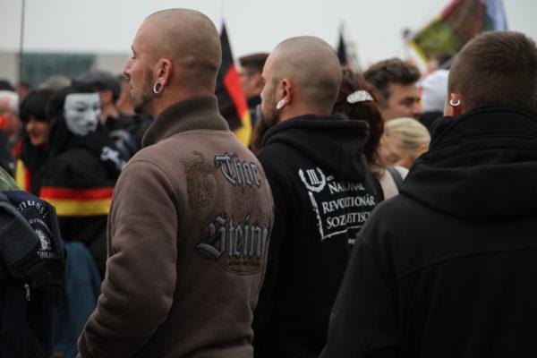 """Thor Steinar und """"Der III. Weg"""". Teilnehmer der """"Merkel muss weg""""-Demonstration."""