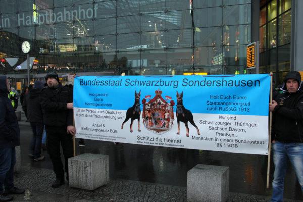 """""""Bundesstaat Schwarzburg Sondershausen"""". Teilnehmer der """"Merkel muss weg""""-Demonstration. (c) Kilian Behrens / apabiz"""