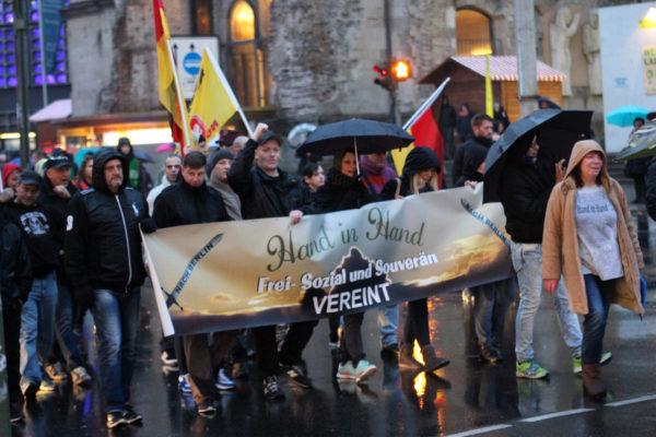 """""""Hand in Hand""""-Demonstration in der City West (c) Alex Stifte"""